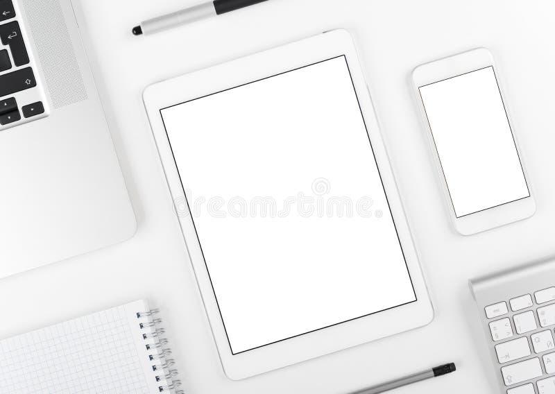 Entgegenkommendes Design: Laptop Tablette und Smartphone auf weißer Tabelle stockbilder