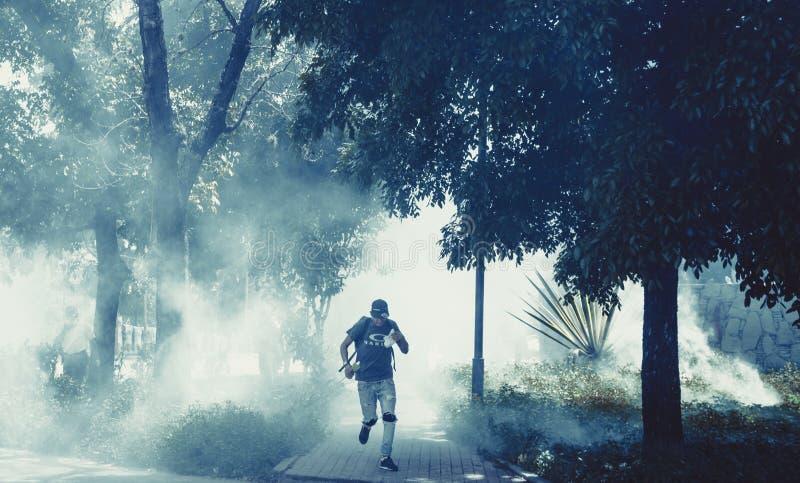 Entgehen von Gas lacrimogeno in Venezuela lizenzfreie stockfotos