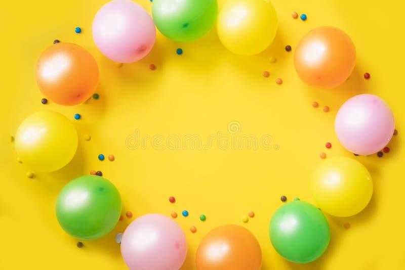 Enthält transparente Nachrichten Ballone und Süßigkeiten Colorfull auf gelber Tabelle Platz für Ihren Text lizenzfreie stockfotografie