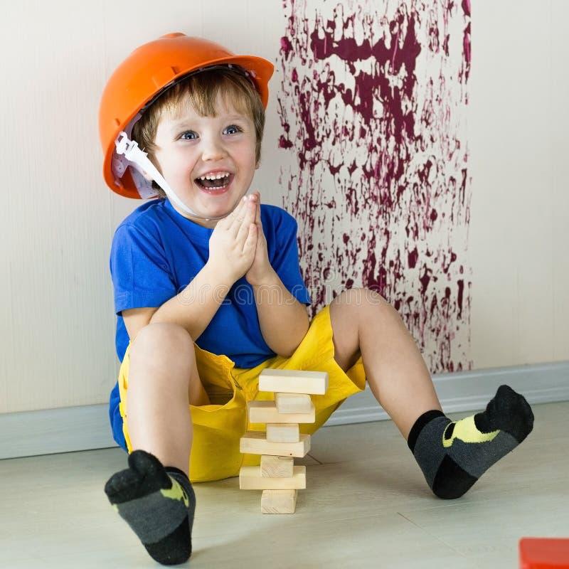 Enthousiast kind in rol van de bouwer royalty-vrije stock foto's