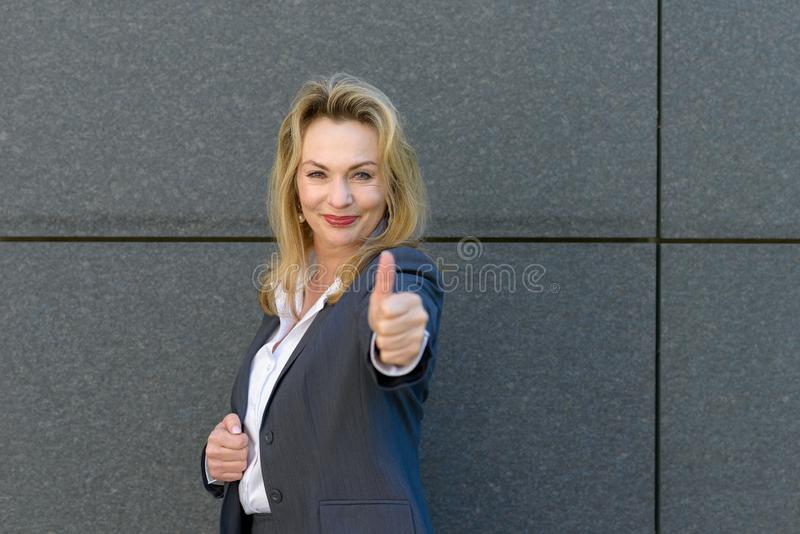 Enthousiaste gemotiveerde vrouw die een duim opgeven royalty-vrije stock foto