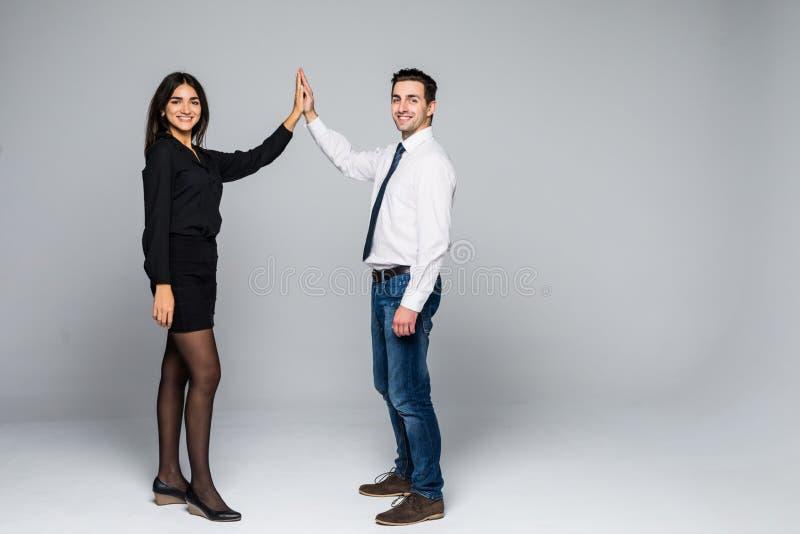 Enthousiaste partners die elkaar een hoogte vijf geven Geïsoleerd op wit royalty-vrije stock afbeelding