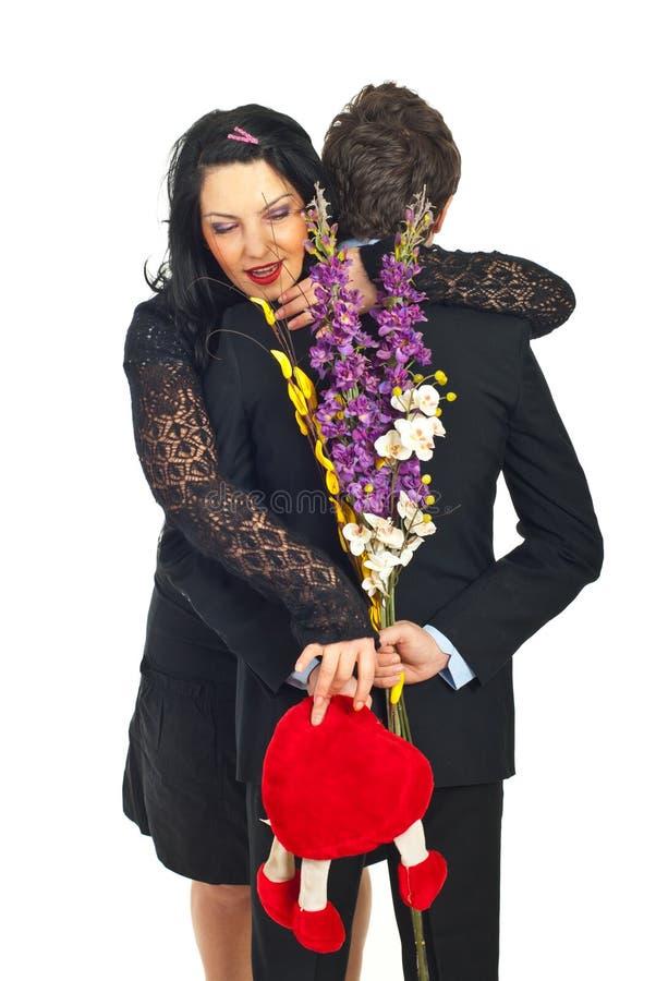Enthousiaste vrouw om haar gift van de Valentijnskaart te nemen royalty-vrije stock afbeeldingen
