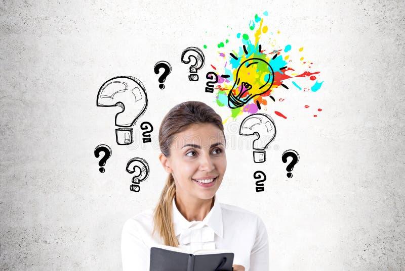 Enthusiastische Frau mit einem Hobel, Fragen, Idee lizenzfreies stockfoto