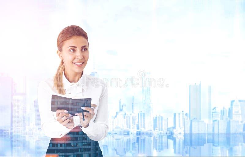 Enthusiastische Frau mit einer flacheren, blauen Stadt lizenzfreie stockfotografie