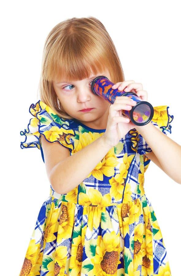 Enthusiastisches kleines Mädchen, das a untersucht stockfoto