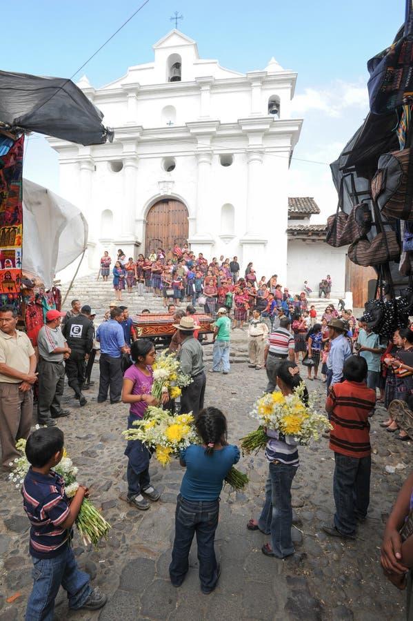 Entierro indio en la iglesia de Santo Tomas en Chichicastenango imagenes de archivo