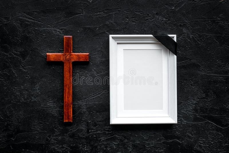 entierro Maqueta del retrato del difunto, de la persona muerta Capítulo con la cinta negra cerca de la cruz en el top negro del f imagen de archivo libre de regalías