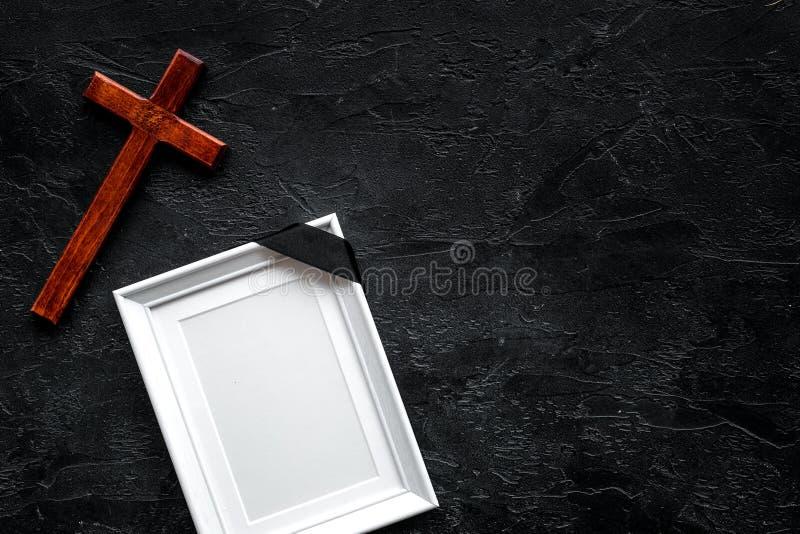 entierro Maqueta del retrato del difunto, de la persona muerta Capítulo con la cinta negra cerca de la cruz en el top negro del f fotografía de archivo