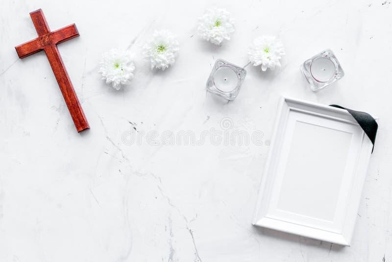 entierro Maqueta del retrato del difunto, de la persona muerta Capítulo con la cinta negra cerca de las flores, de las velas y de imágenes de archivo libres de regalías
