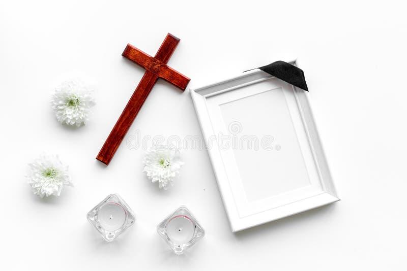 entierro Maqueta del retrato del difunto, de la persona muerta Capítulo con la cinta negra cerca de las flores, de las velas y de fotos de archivo libres de regalías