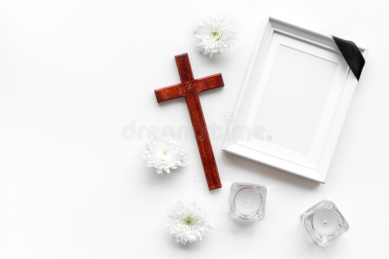 entierro Maqueta del retrato del difunto, de la persona muerta Capítulo con la cinta negra cerca de las flores, de las velas y de imagenes de archivo