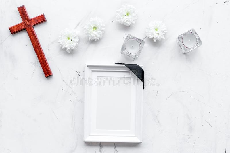 entierro Maqueta del retrato del difunto, de la persona muerta Capítulo con la cinta negra cerca de las flores, de las velas y de fotos de archivo