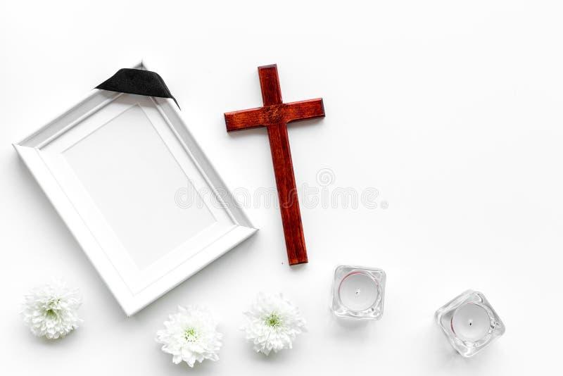 entierro Maqueta del retrato del difunto, de la persona muerta Capítulo con la cinta negra cerca de las flores, de las velas y de imagen de archivo libre de regalías