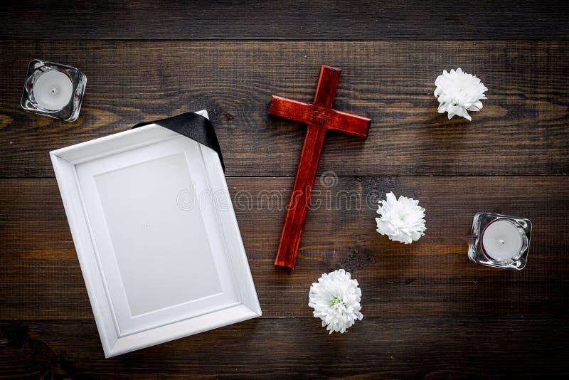entierro Maqueta del retrato del difunto, de la persona muerta Capítulo con la cinta negra cerca de las flores, de las velas y de foto de archivo