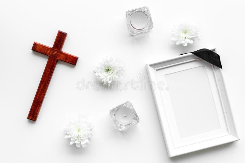 entierro Maqueta del retrato del difunto, de la persona muerta Capítulo con la cinta negra cerca de las flores, de las velas y de fotografía de archivo libre de regalías