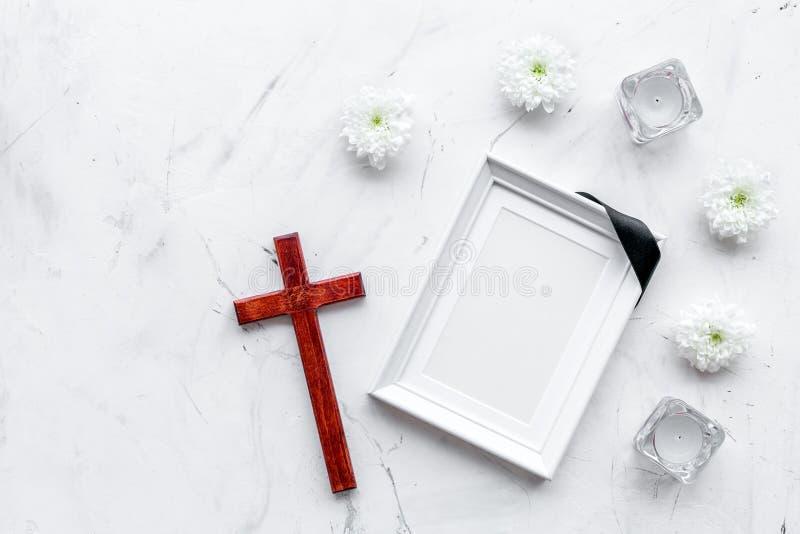 entierro Maqueta del retrato del difunto, de la persona muerta Capítulo con la cinta negra cerca de las flores, de las velas y de imagen de archivo