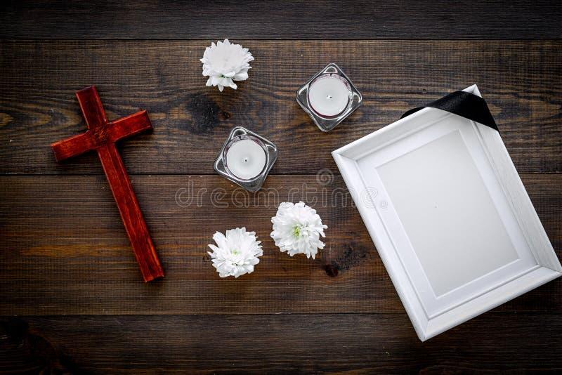 entierro Maqueta del retrato del difunto, de la persona muerta Capítulo con la cinta negra cerca de las flores, de las velas y de fotografía de archivo