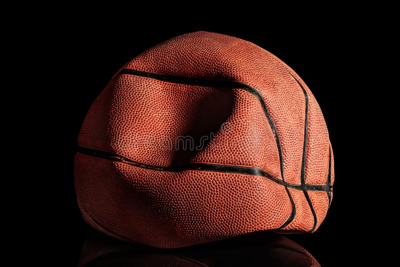 Entlüfteter und zerknitterter alter Basketballball stockfoto