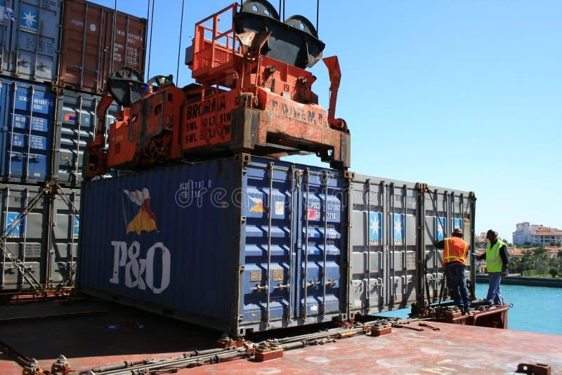 Entladung von Behältern vom Schiff lizenzfreies stockbild