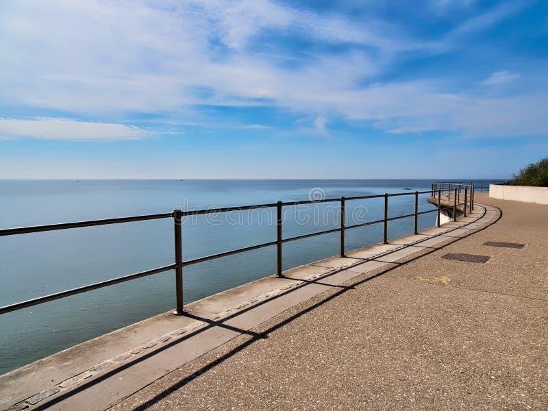 Entlang dem Uferdamm - Lyme Regis stockbild