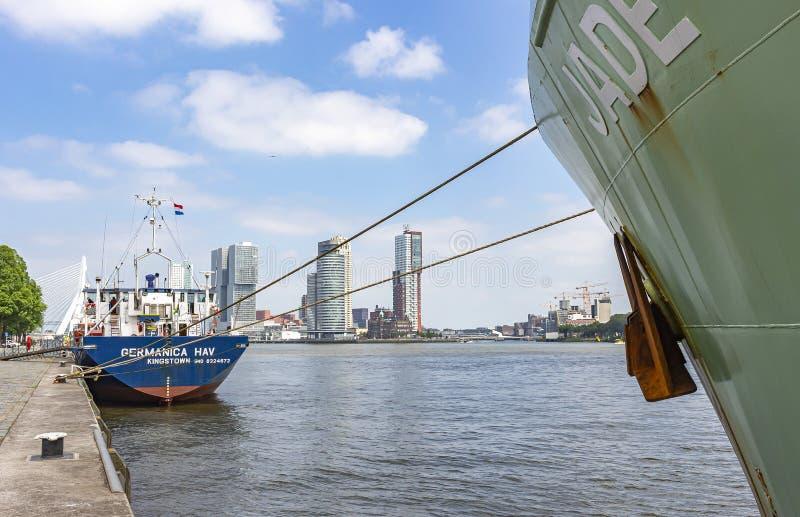 Entlang den Frachtschiffen, die entlang dem Kai des Flusses Maas sehen Sie festgemacht werden, die imponierenden Gebäude an der E lizenzfreie stockbilder