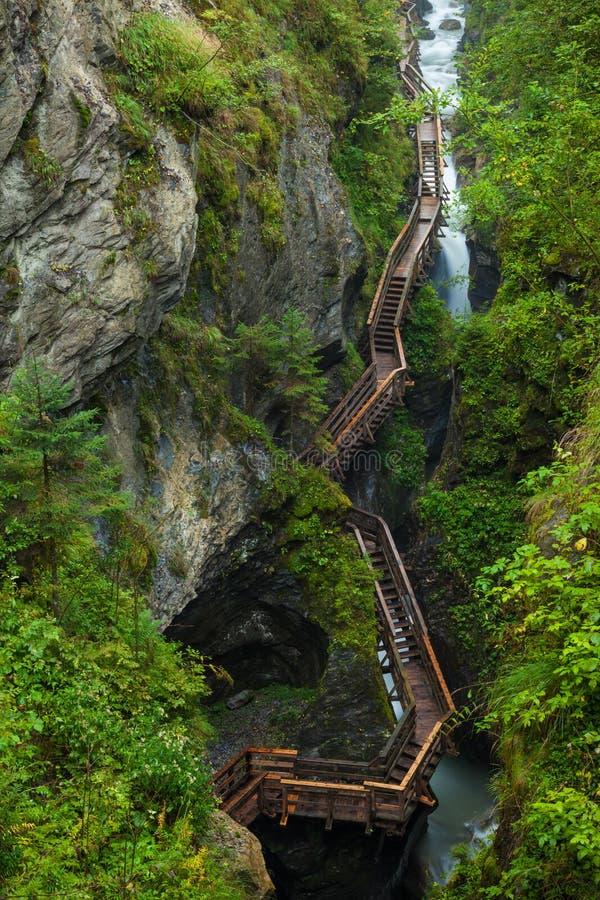 Entlang einer woodend Promenade in einer Schlucht nahe Kaprun wandern, Österreich stockbild