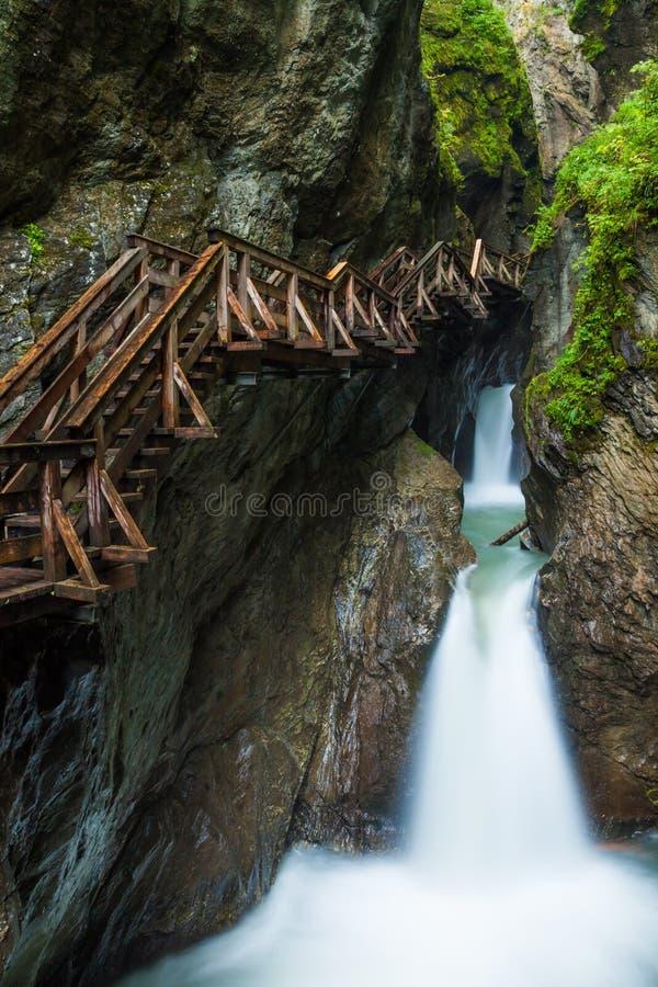 Entlang einer woodend Promenade in einer Schlucht nahe Kaprun wandern, Österreich lizenzfreie stockfotografie