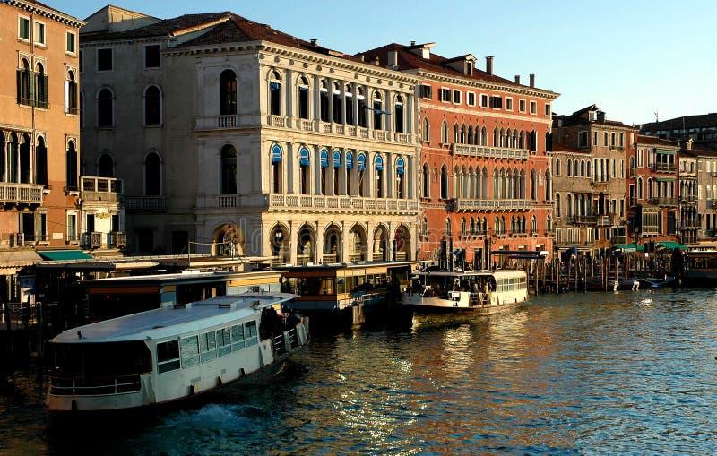 Entlang Rialto Brücke Venedig stockbild