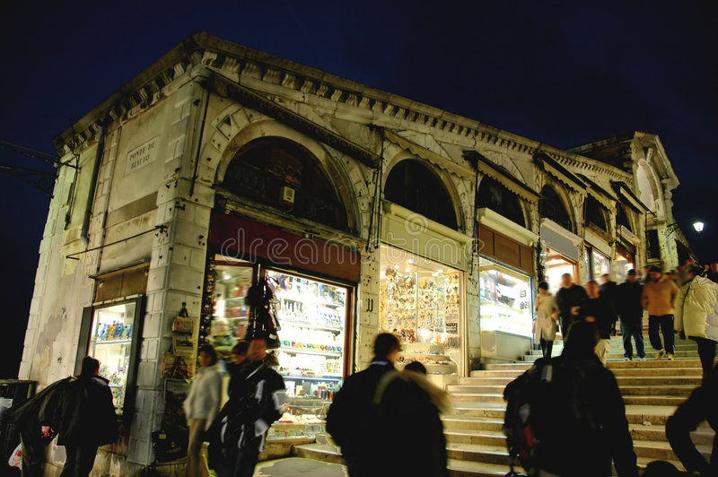 Entlang Rialto Brücke Venedig nachts lizenzfreie stockbilder