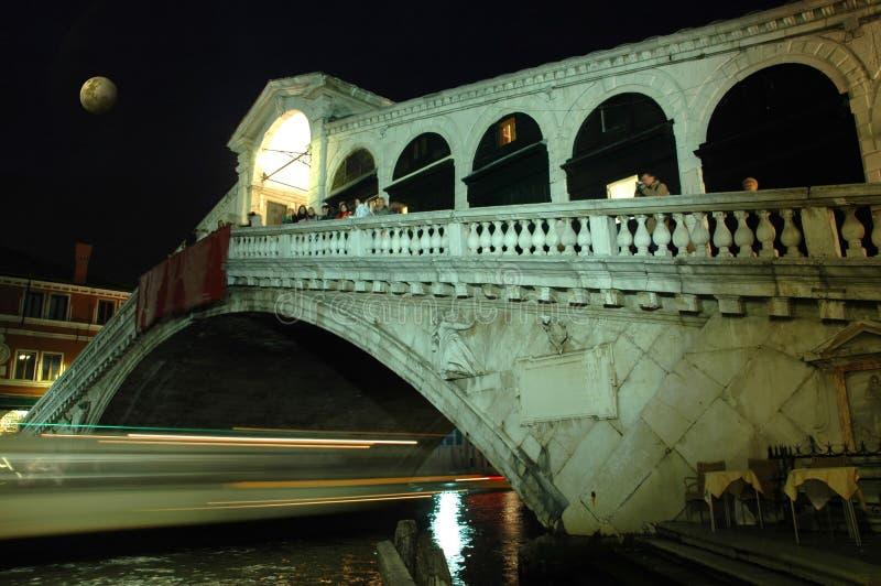 Entlang Rialto Brücke Venedig nachts stockfoto