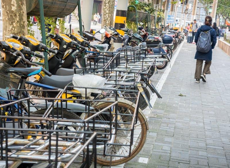 """Entlang Sichuan-Straße mittlerem †""""Motorräder und Fahrräder, Shanghai, China lizenzfreies stockbild"""