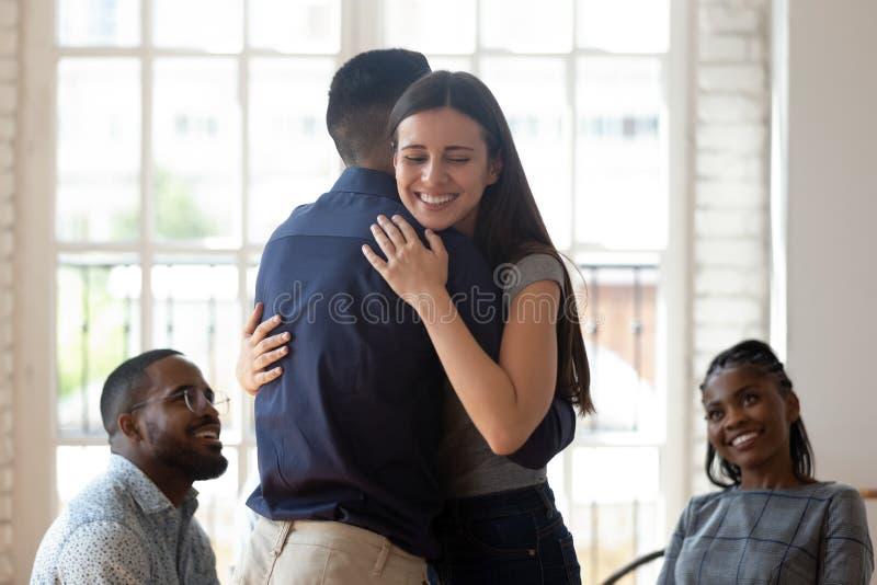 Entlastete glückliche Mann- und Frauenumarmung geben Unterstützung während der Therapie stockbilder