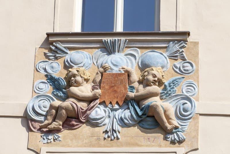 Entlastung auf Fassade des Altbaus, zwei Amoren in den blauen dekorativen Motiven, Prag, Tschechische Republik stockbild