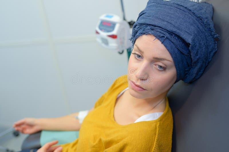 Entmutigte Frau während der Chemotherapie stockfotografie