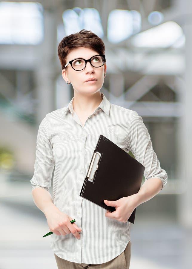 Entmutigter weiblicher Buchhalter Thought lizenzfreies stockbild