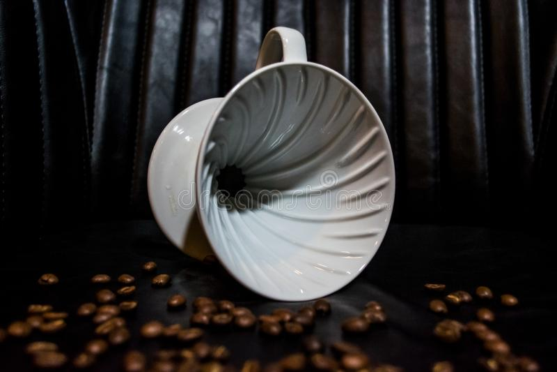 Entonnoir en céramique blanc pour la préparation dans l'alternative Conçu pour le manuel, verser-au-dessus du brassage de café de photos stock