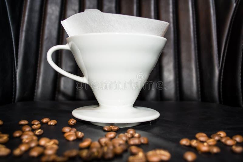 Entonnoir en céramique pour la préparation dans l'alternative Haricots de grain Conçu pour le manuel verser-au-dessus du brassage photo stock