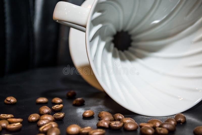 Entonnoir en céramique pour la préparation dans l'alternative Haricots de grain Conçu pour le manuel verser-au-dessus du brassage images libres de droits