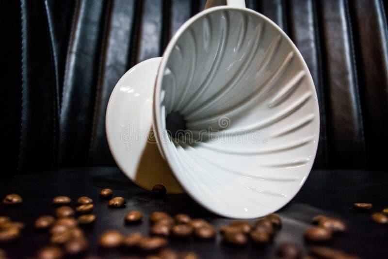 Entonnoir en céramique pour la préparation dans l'alternative Haricots de grain Conçu pour le manuel verser-au-dessus du brassage images stock