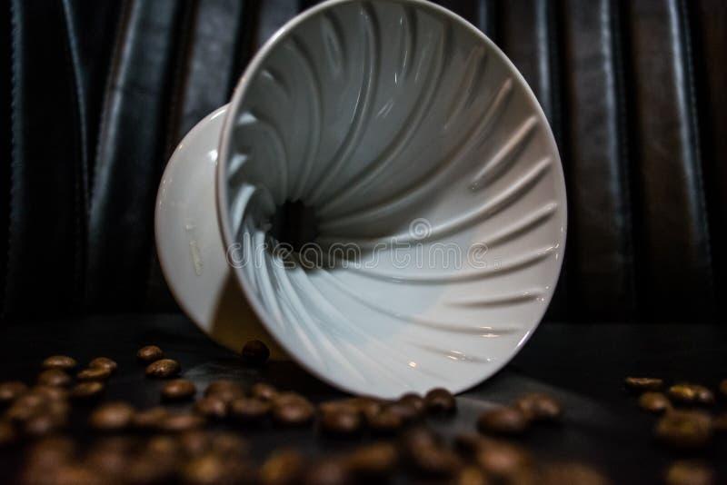 Entonnoir en céramique pour la préparation dans l'alternative Haricots de grain Conçu pour le manuel verser-au-dessus du brassage photos stock