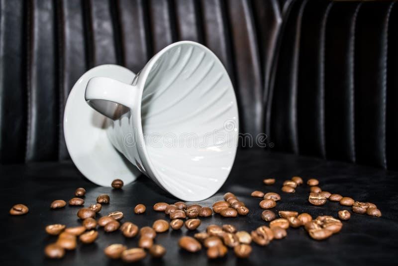 Entonnoir en c?ramique pour la pr?paration dans l'alternative Haricots de grain Con?u pour le manuel verser-au-dessus du brassage images stock
