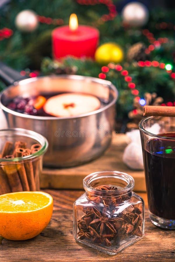 Entornado con las estrellas del anís, especia festiva para el vino reflexionado sobre imagen de archivo libre de regalías
