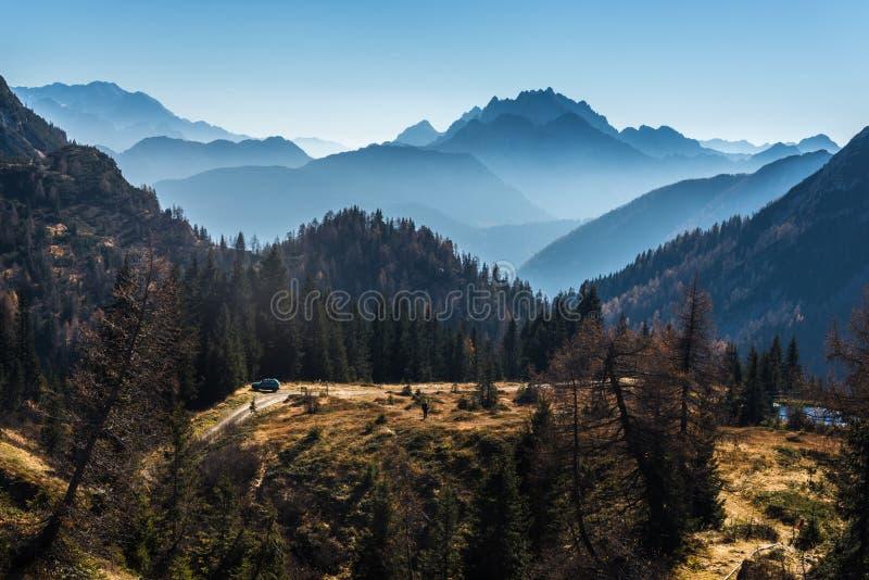 Entouré par des montagnes images libres de droits