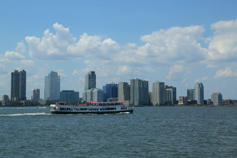 Entourez la ligne bateau guidé de croisière et vue d'horizon de Jersey City de Manhattan photographie stock