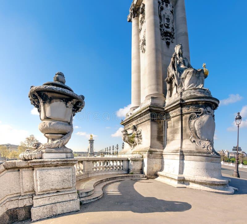 Entrée à Alexandre Bridge à Paris un jour ensoleillé lumineux photos stock