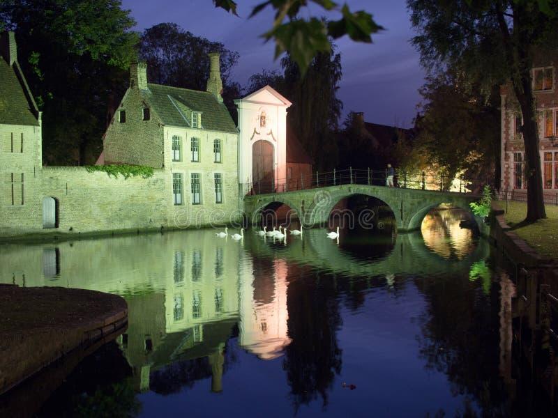Entrée à Beguinage à Bruges la nuit photographie stock libre de droits
