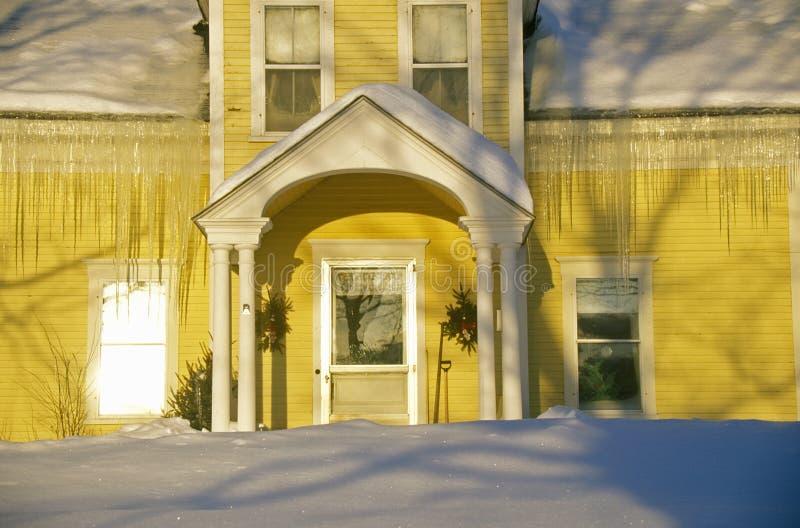 Entrée à jaunir à la maison au lever de soleil en hiver, Lyndonville, VT images libres de droits