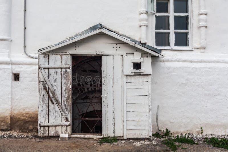 Entrée à la cave d'église images stock