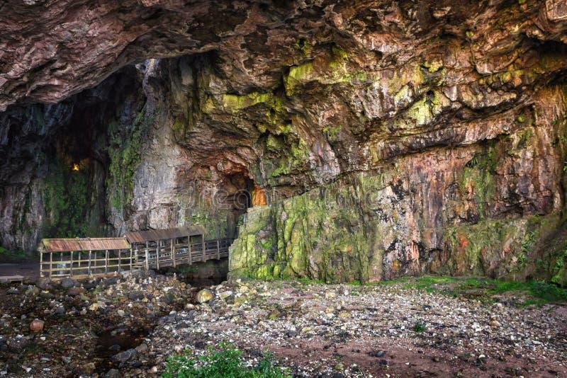 Entrée à la caverne de Smoo, Durness, montagne écossaise photos libres de droits